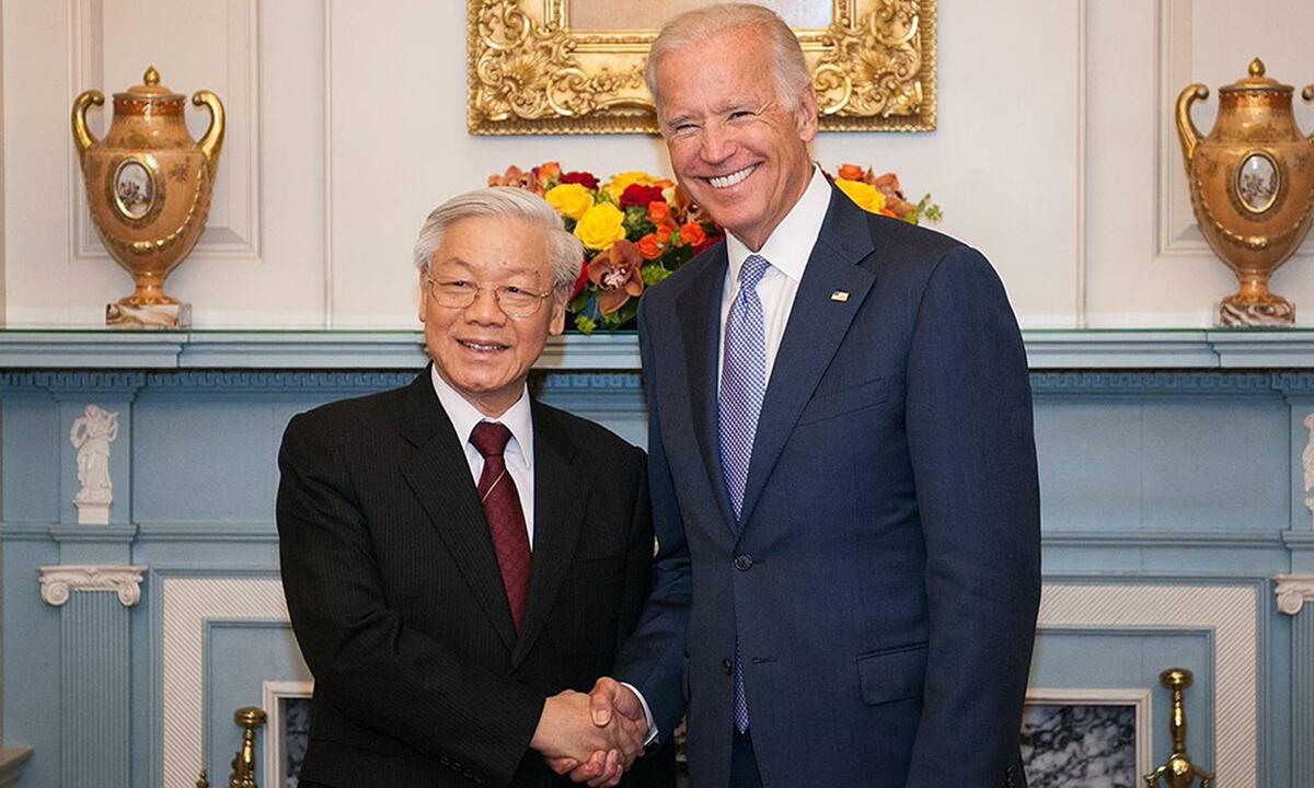 Joe Biden, khi còn là phó tổng thống Mỹ, bắt tay Tổng bí thư Nguyễn Phú Trọng tại Bộ Ngoại giao Mỹ ở thủ đô Washington ngày 7/7/2015. Ảnh: Bộ Ngoại giao Mỹ.