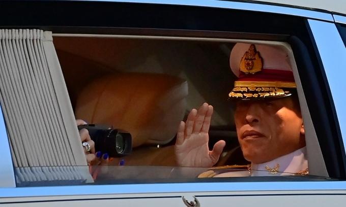 Quốc vương Thái Lan Maha Vajiralongkorn vẫy chào người dân ở Bangkok hôm 23/10. Ảnh: AFP.