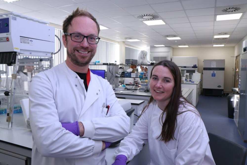 Giáo sư Jeroen Nieuwland và Giáo sư Emma Hayhurst trong phòng thí nghiệm phát triển thiết bị xét nghiệm nhanh. Ảnh: Hội đồng Anh