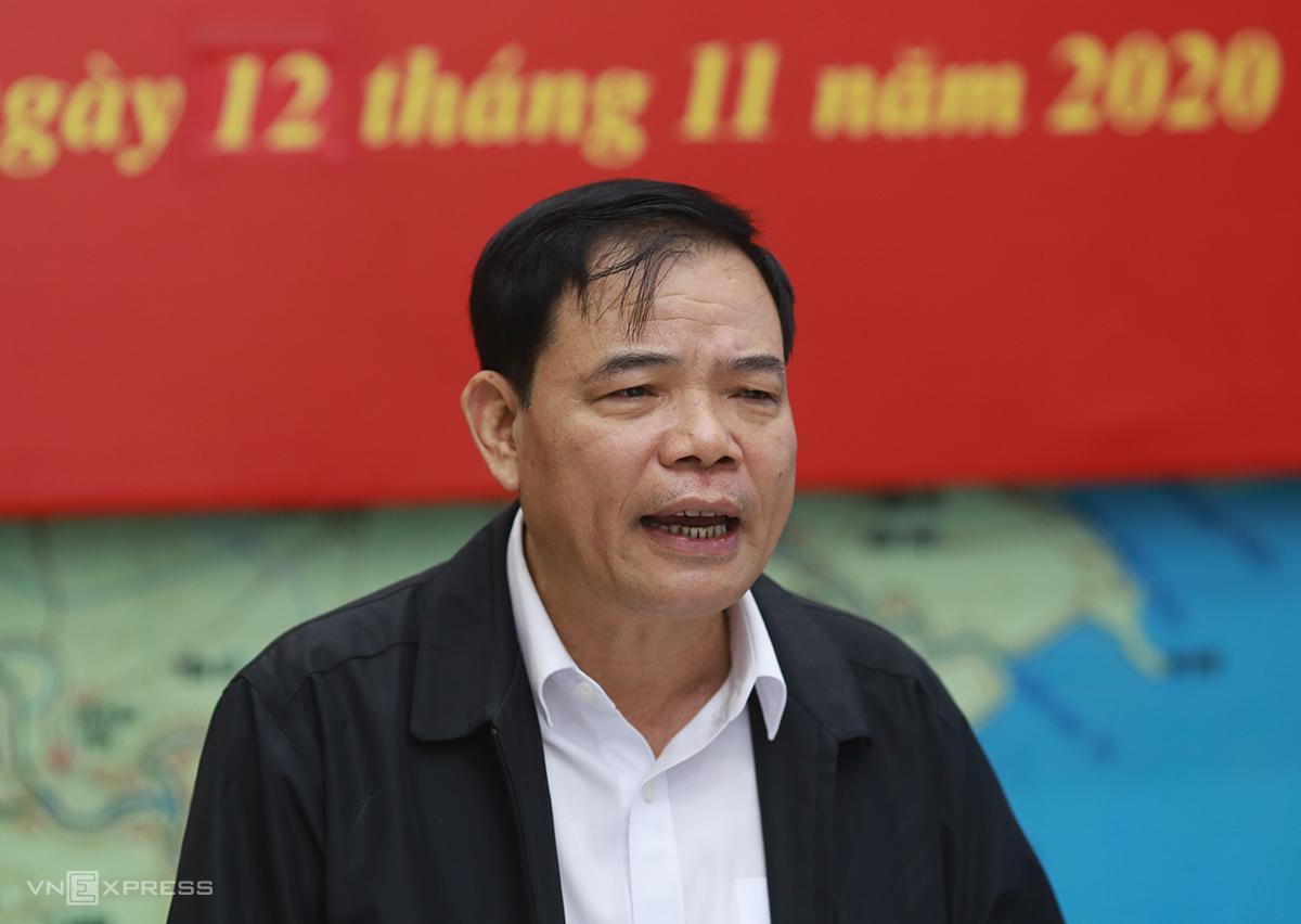Bộ trưởng Nguyễn Xuân Cường tại cuộc họp ứng phó bão sáng 12/11. Ảnh: Tất Định.