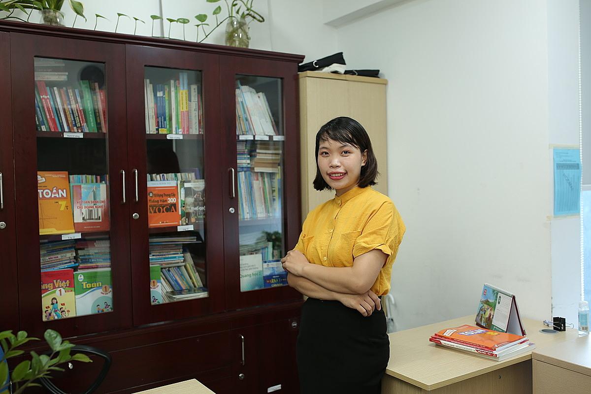 Cô Đinh Mỹ Anh, giáo viên dạy lớp 1 Trường Tiểu học Nguyễn Bỉnh Khiêm, Hà Nội. Ảnh: HOCMAI.