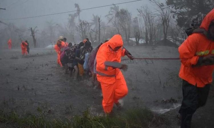 Lực lượng cứu hộ Philippines sơ tán người dân khỏi vùng ngập lụt khi bão Vamco đổ bộ hôm nay. Ảnh: Insiderpaper.