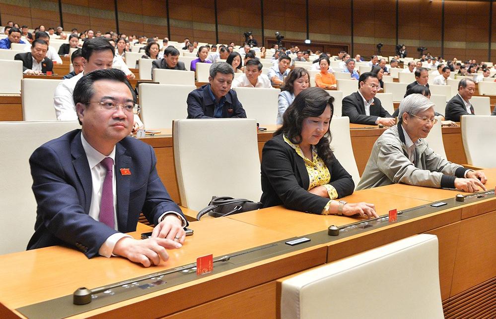 Đại biểu Quốc hội bấm nút thông qua nghị quyết, luật tại kỳ họp thứ 10. Ảnh: Trung tâm báo chí Quốc hội