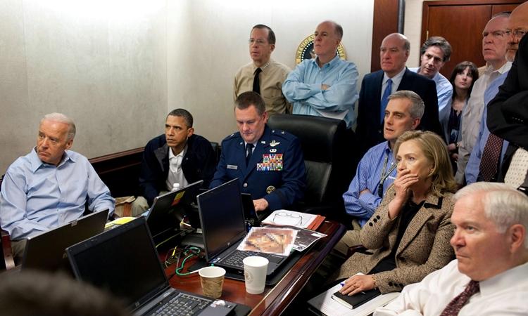 Từ trái qua phải: Joe Biden và cựu tổng thống Barack Obama cùng các quan chức cấp cao khác tại Phòng Tình huống của Nhà Trắng hồi tháng 5/2011. Ảnh: Reuters.