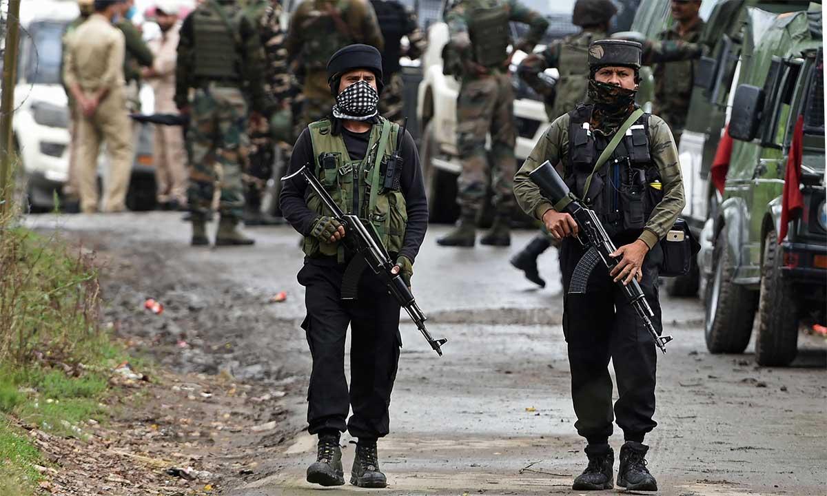 Binh sĩ Ấn Độ tuần tra gần nơi xảy ra trận đấu súng với phiến quân ở Srinagar, ngày 5/9. Ảnh: AFP.
