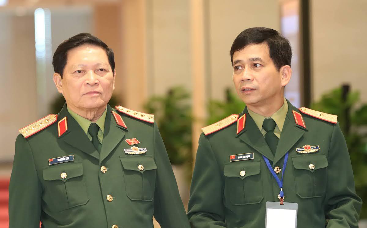 Đại tướng Ngô Xuân Lịch, Bộ trưởng Quốc phòng (trái) và Thiếu tướng Hoàng Kim Phụng, Cục trưởng Cục Gìn giữ Hòa bình Việt Nam tại nghị trường. Ảnh: Hoàng Phong