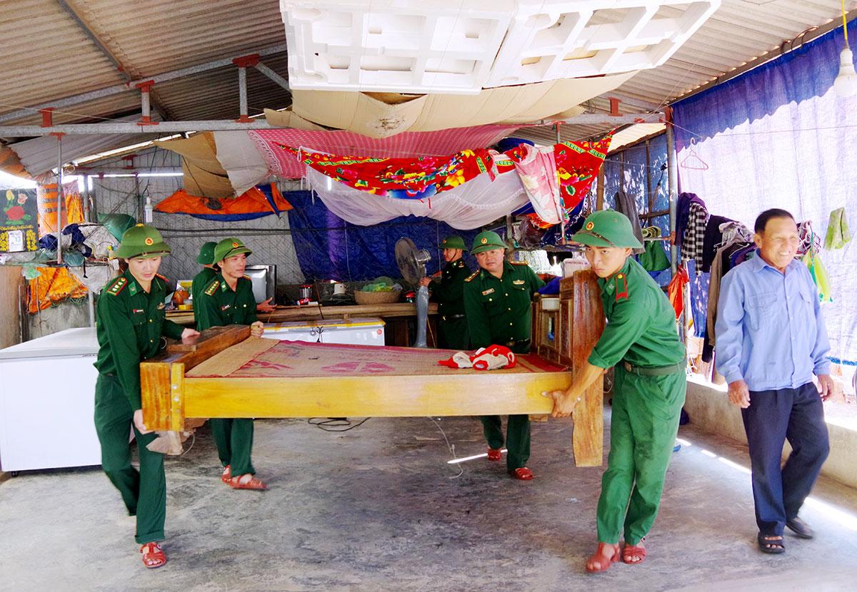 Bộ đội Biên phòng Hà Tĩnh giúp người dân huyện Lộc Hà di dời tài sản tránh bão. Ảnh: Đức Hùng