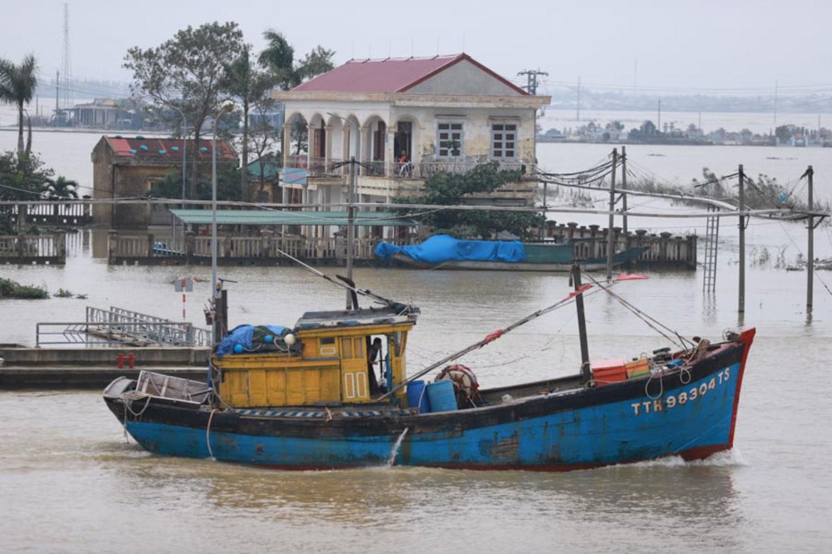 Tàu thuyền vào sông Hương trú bão chiều 13/11. Ảnh: Võ Thạnh