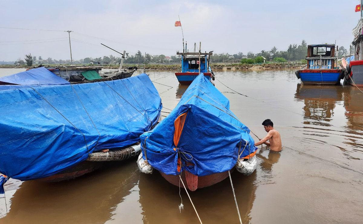 Ngư dân giằng néo tàu thuyền ở âu tàu Triệu An (huyện Triệu Phong, Quảng Trị), tránh bão Vamco. Ảnh: Hoàng Táo