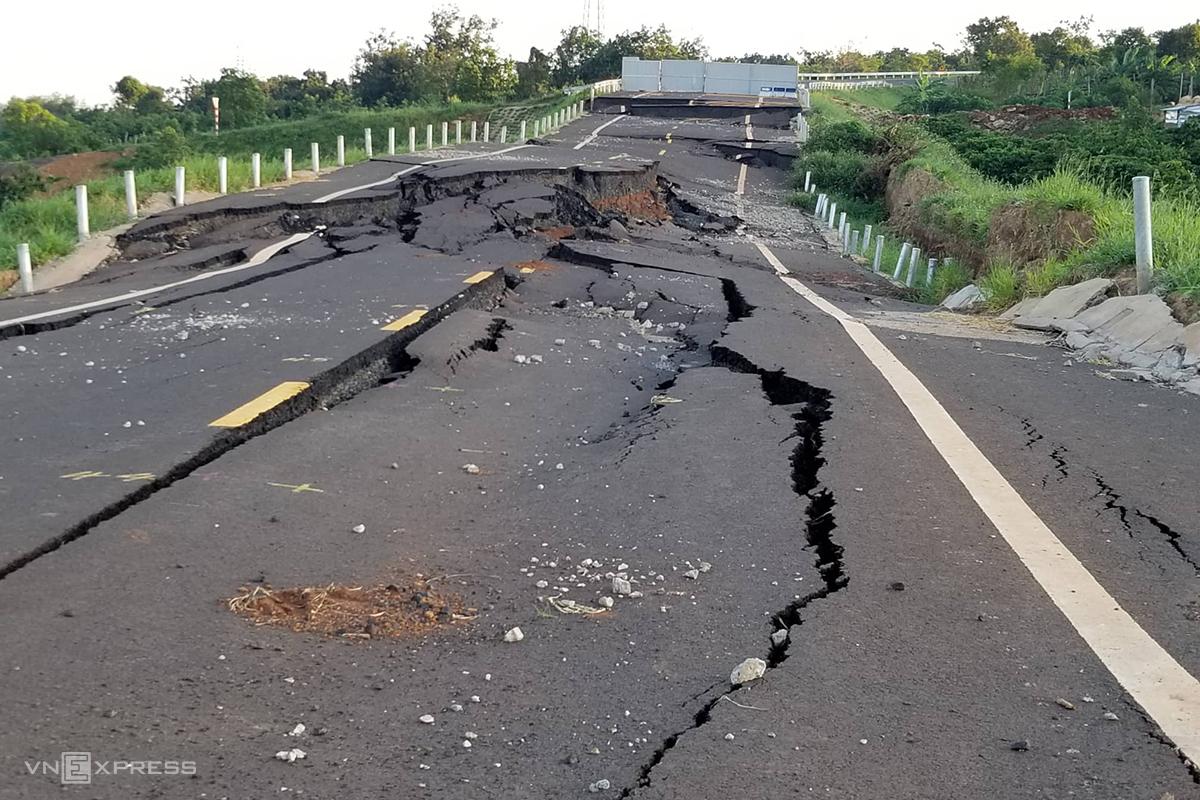 Tuyến đường tránh 250 tỷ đồng bị sụt lún hồi đầu tháng 9/2019. Ảnh: Trần Hoá.