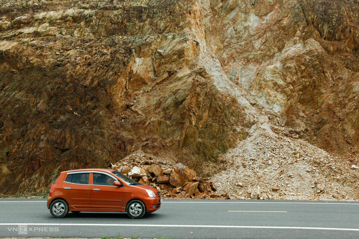 Một ôtô đi ngang qua một điểm sạt lở đã được dọn dẹp trên tuyến cao tốc chưa thông xe, sáng 13/11. Ảnh: Nguyễn Đông.