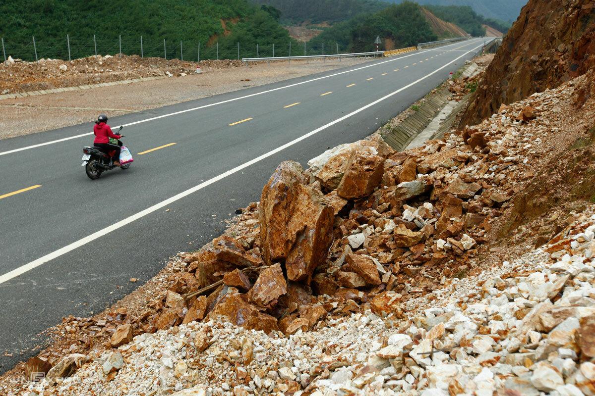 Các điểm sạt lở trên cao tốc La Sơn - Tuý Loan cơ bản đã được dọn dẹp khỏi lòng đường, đặt biển cảnh báo người qua lại. Ảnh: Nguyễn Đông.