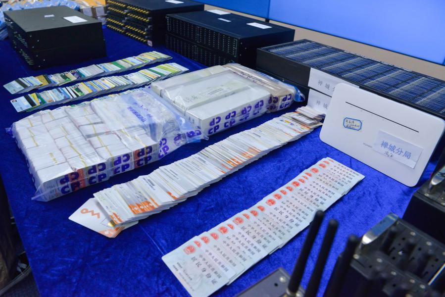 Thẻ SIM và thẻ ngân hàng bị cảnh sát Quảng Đông thu giữ. Ảnh: Xinhua.