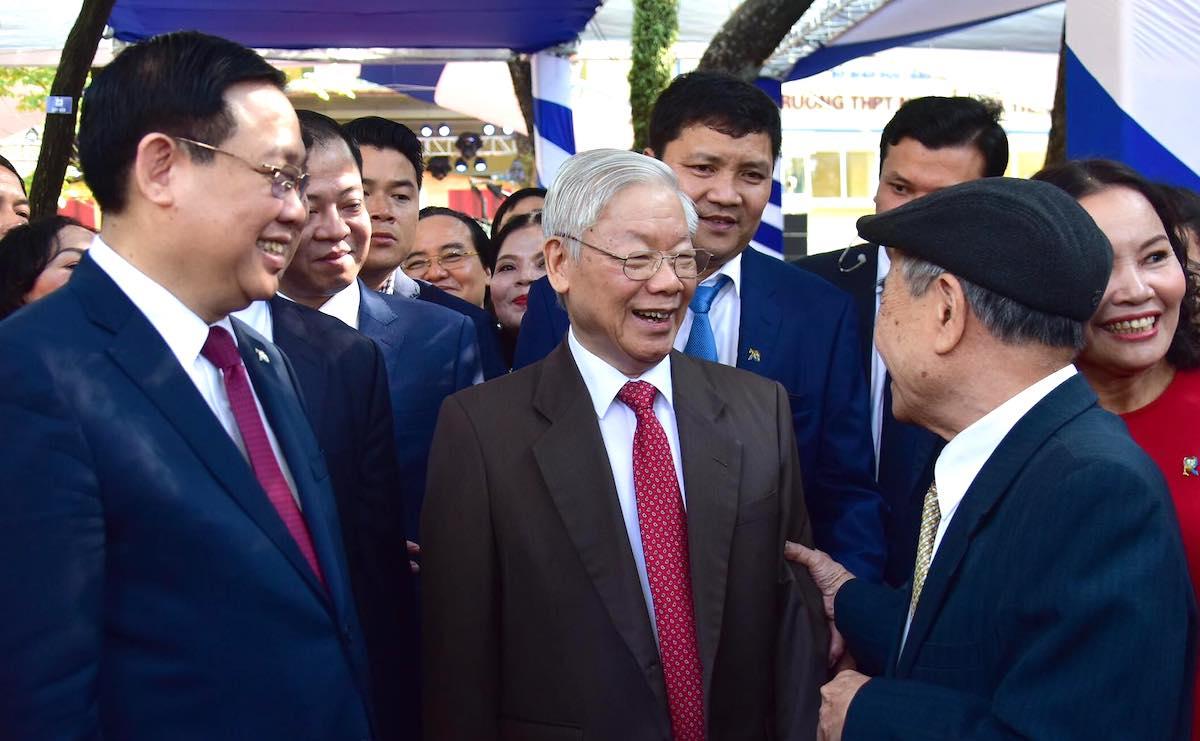Tổng bí thư, Chủ tịch nước Nguyễn Phú Trọng vui vẻ trò chuyện với đại biểu về dự lễ thành lập trường. Ảnh: Viết Thành