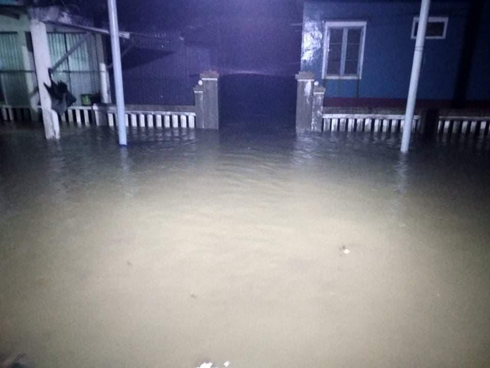 Nước biển tràn vào nhà dân ở xóm Hương Giang, bên cửa biển Thuận An, đêm 14/11. Ảnh: Phan Một