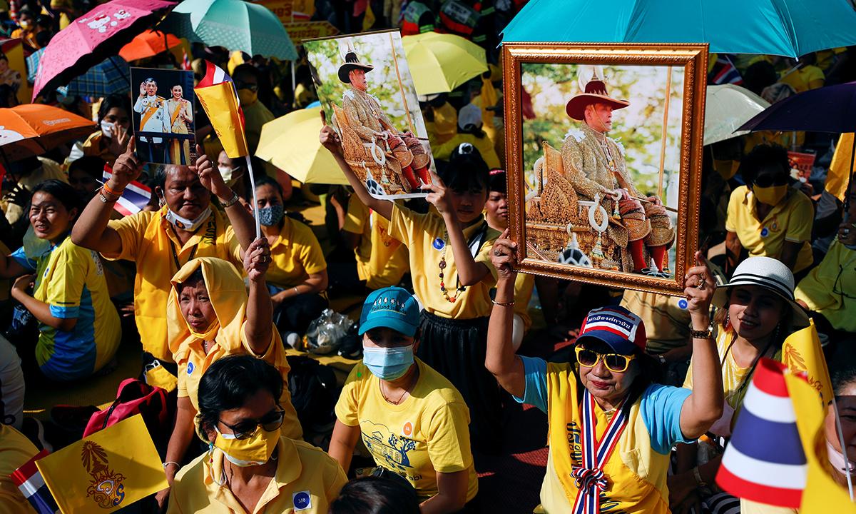 Đám đông ủng hộ hoàng gia tập trung tại Bangkok, Thái Lan, hôm nay. Ảnh: Reuters.