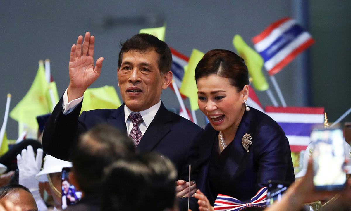 Quốc vương Vajiralongkorn và Hoàng hậu Suthida tại lễ khánh thành ga tàu ở ngoại ô Bangkok, Thái Lan, hôm nay. Ảnh: Reuters.