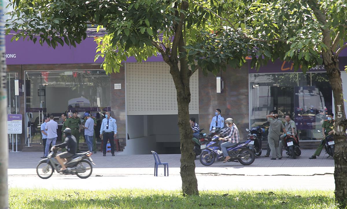 Cảnh sát phong toả bên ngoài chi nhánh ngân hàng để điều tra, sáng 14/11. Ảnh: Đình Văn.