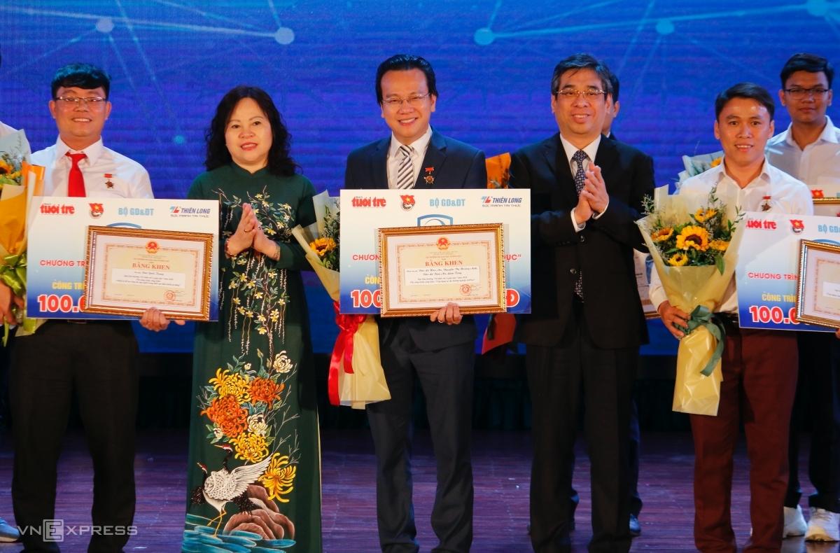 Ba tác giả có công trình đạt giải xuất sắc nhận giấy khen và kỷ niệm chương của ban tổ chức Tri thức trẻ vì giáo dục 2020, tối 14/11. Ảnh: Thanh Hằng