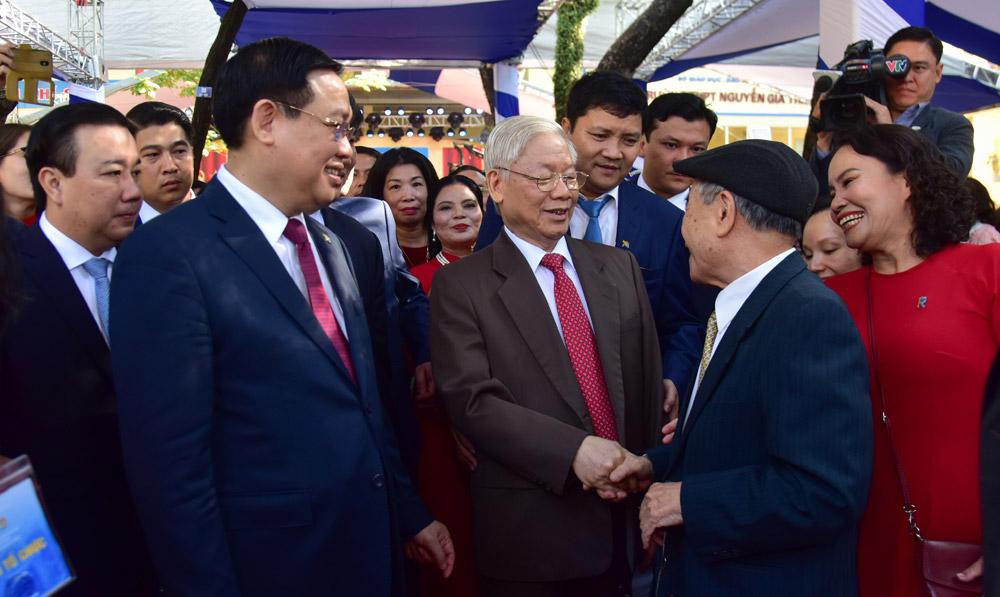 Tổng bí thư, Chủ tịch nước Nguyễn Phú Trọng trò chuyện với đại biểu về dự lễ thành lập trường. Ảnh: Viết Thành