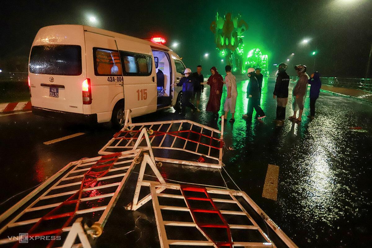 Xe cứu thương đưa người đàn ông cố tình vượt qua barie dù đã có đèn cảnh báo. Ảnh: Nguyễn Đông.