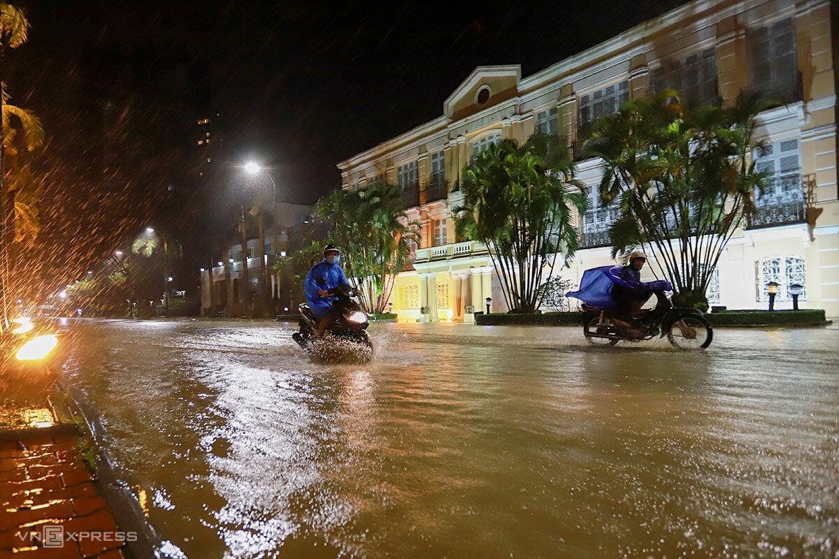 Khu vực đường Bạch Đằng trước trụ sở HĐND TP Đà Nẵng đã bị ngập do nước sông Hàn dâng. Ảnh: Nguyễn Đông.