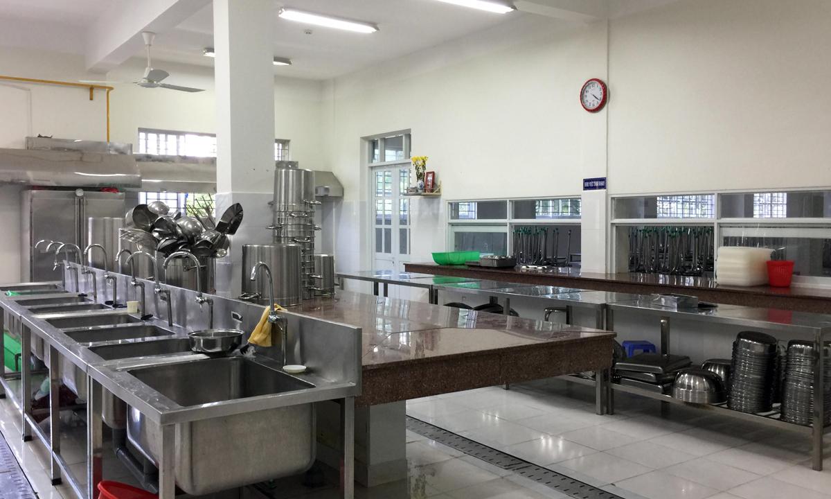 Bếp ăn bán trú trường Trần Thị Bưởi (quận 9) chiều 2/11. Ảnh: Mạnh Tùng.