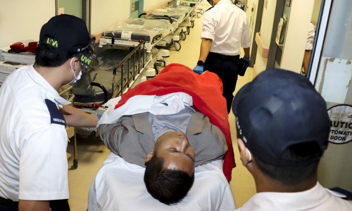 Tỷ phú Tiền Phong Lôi được đưa vào bệnh viện sau vụ tấn công ở Hong Kong hôm nay. Ảnh: SCMP.