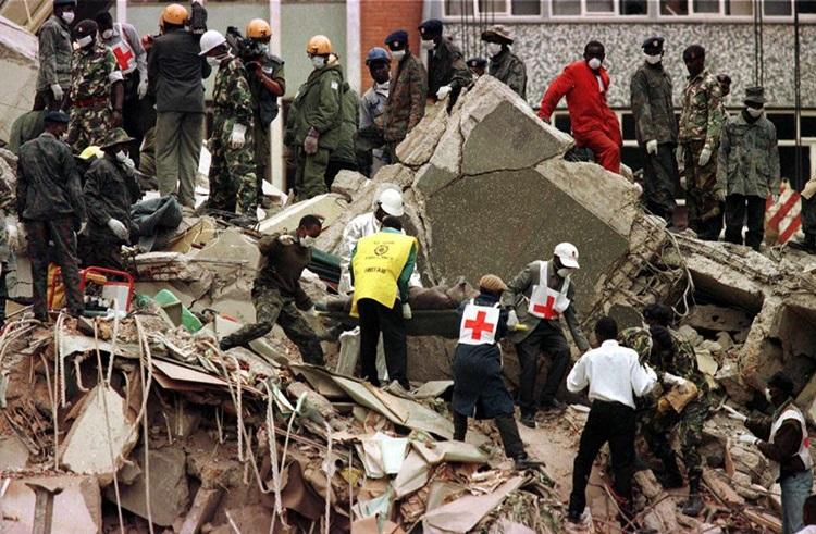 Hiện trường vụ đánh bom đại sứ quán Mỹ ở Nairobi, Kenya năm 1998. Ảnh: AFP.