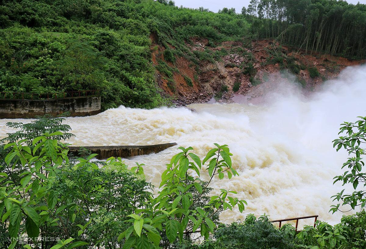 Hồ Kẻ Gỗ xả lũ hồi cuối tháng 10. Ảnh: Đức Hùng