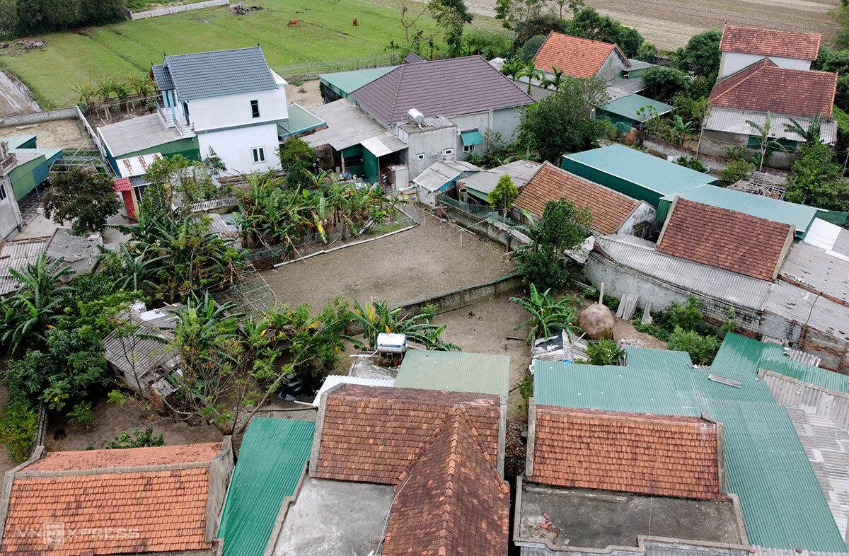 Nhiều nhà dân ở thôn 1 Song Giang, xã Đan Trường đã lợp lại mái ngói mới để đón bão, sau khi bị lốc xoáy thổi tốc. Ảnh: Đức Hùng