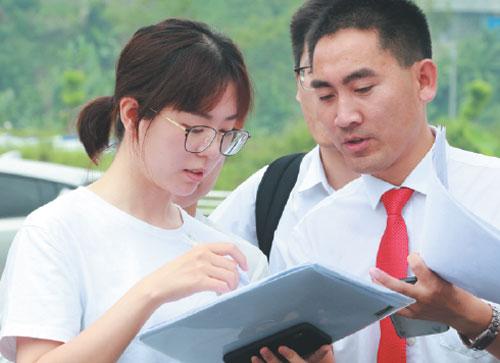Thầy Liu Xiuxiang (phải) trao đổi với nhà hảo tâm về kế hoạch tài trợ cho học sinh khó khăn. Ảnh: China Daily.