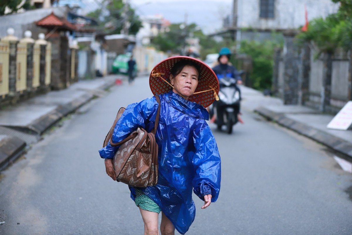 Bà Nguyễn Thị Lớn về nhà sau đêm tránh bão. Ảnh:Võ Thạnh