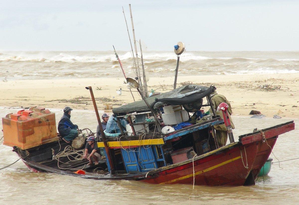 Tàu cá ở xã nhân Trạch bị chìm sau bão Vamco. Ảnh: Quang Hà