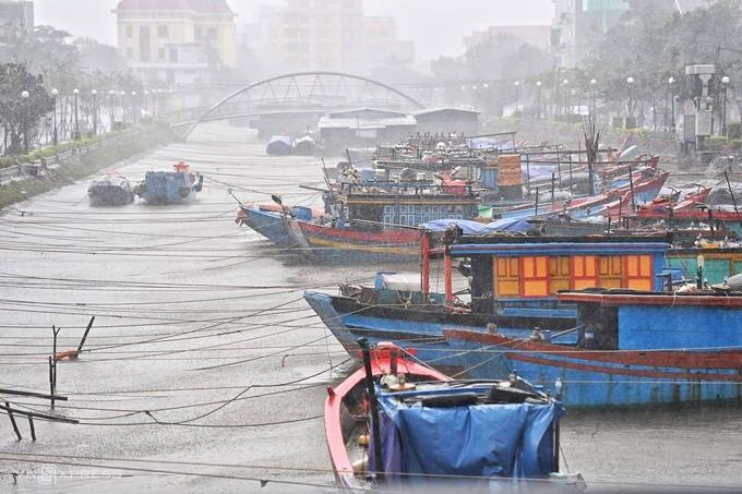 Tàu thuyền neo đậu tránh bão ở Đồng Hới. Ảnh: Giang Huy