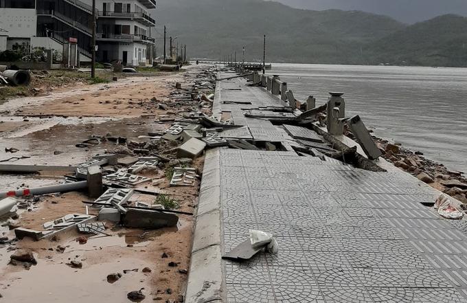 Sóng biển làm hư hỏng vỉa hè thị trấn Lăng Cô. Ảnh: Anh Duy