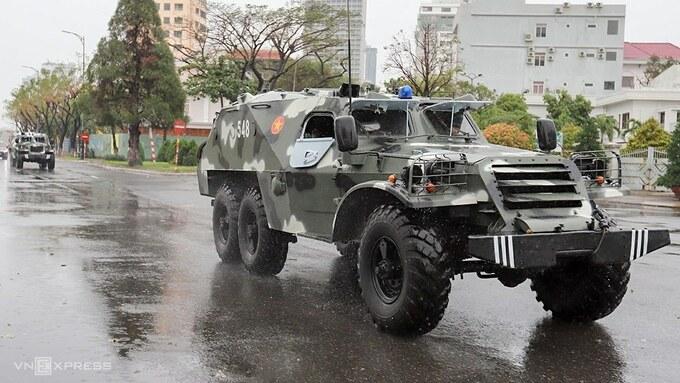 Xe thiết giáp trên đường phố Đà Nẵng, sáng 15/11. Ảnh: Nguyễn Đông