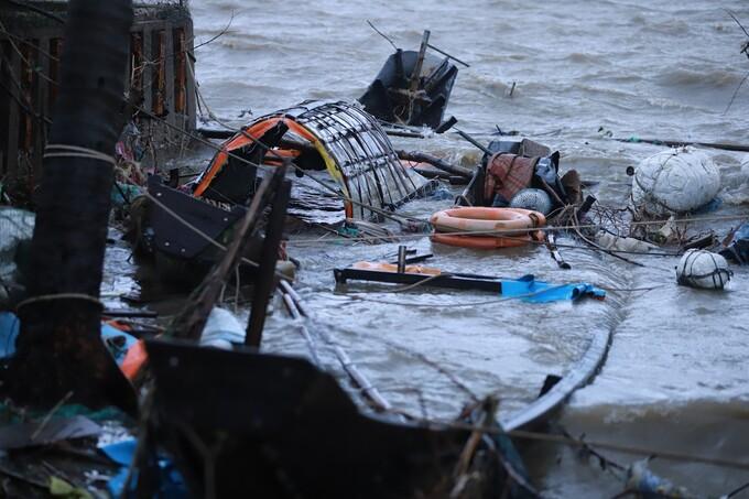 Tàu cá chìm sau khi va vào nhà dân. Ảnh: Võ Thạnh