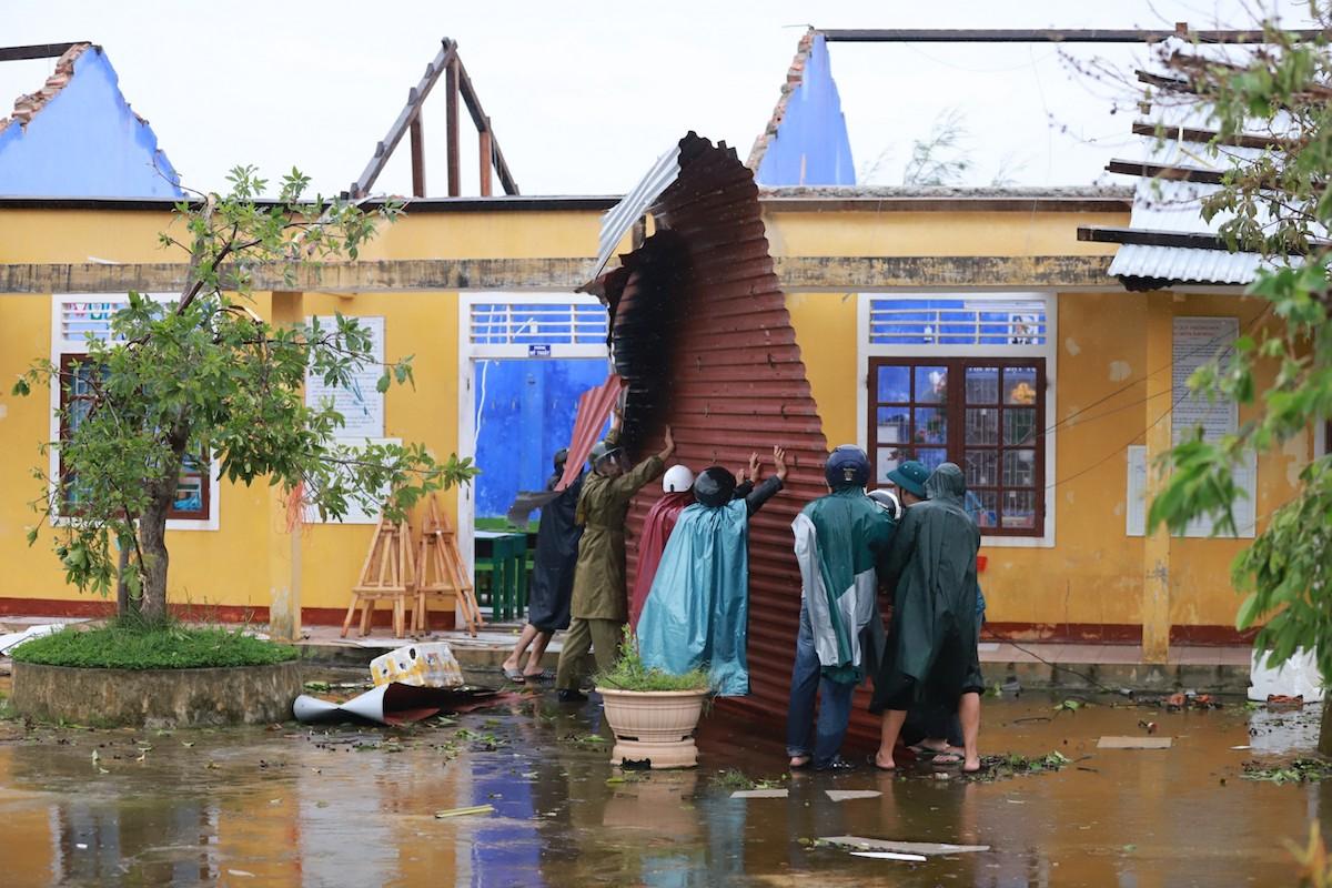 Trường học bị gió bão tốc mái. Ảnh: Võ Thạnh