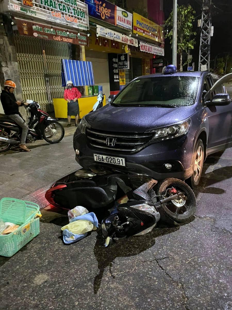 Ôtô tông sản phụ dừng lại sau khi kéo xe máy 500 m, đồ dùng cho trẻ sơ sinh vung vãi. Ảnh: Lê Pu.