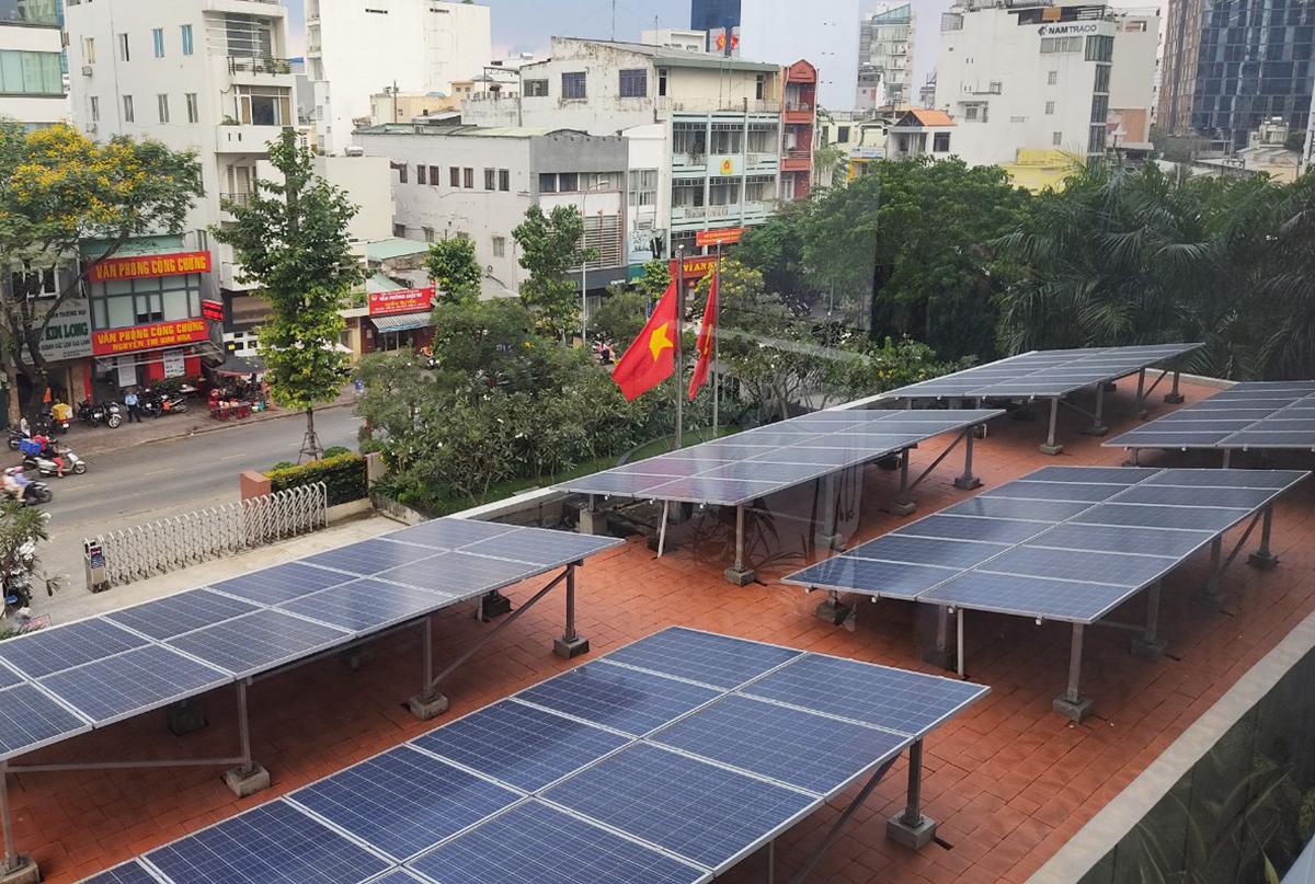 Hệ thống điện mặt trời được lắp đặt ở UBND quận 4. Ảnh: Trung Sơn.
