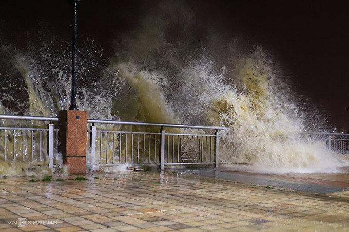 Sóng cao hơn 5 mét đánh vào bờ kè vỉa hè đường Như Nguyệt (TP Đà Nẵng) tối 14/11. Ảnh: Nguyễn Đông