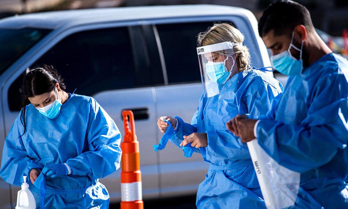 Nhân viên y tế mặc đồ bảo hộ để bắt đầu ca trực tại điểm xét nghiệm trên xe ở El Paso, bangTexas hôm 9/11. Ảnh: Bloomberg.