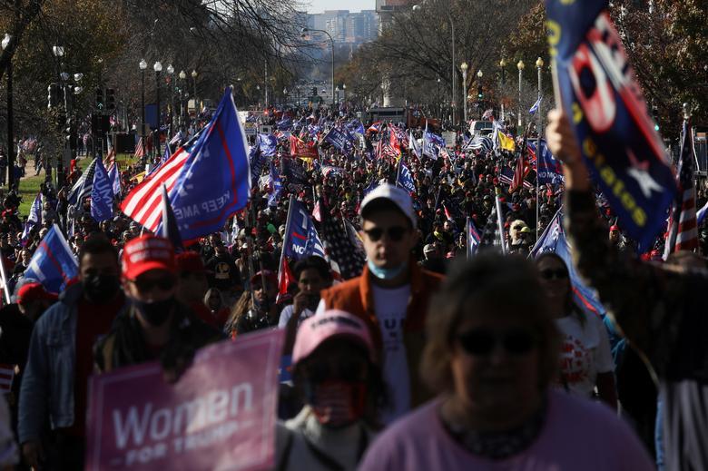 Hàng nghìn người ủng hộ Trump biểu tình ở Washington hôm 14/11. Ảnh: Reuters.