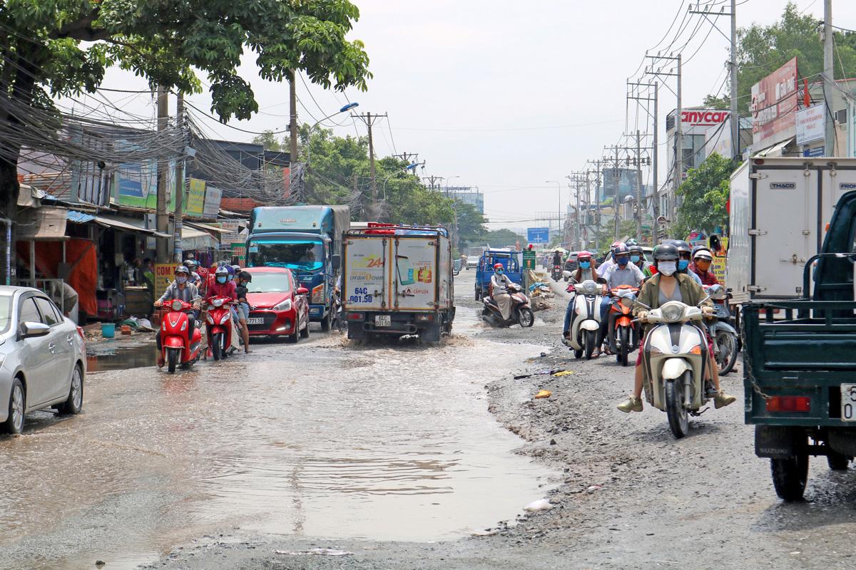 Xe di chuyển chật vật trên đường Lương Định Của, đoạn từ giao lộ Nguyễn Hoàng đến Mai Chí Thọ do nước đọng thành vũng lớn nhiều ngày, hồi tháng 8. Ảnh: Gia Minh.