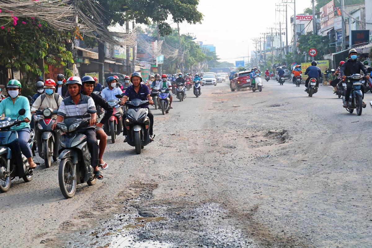 Xe chạy trên đường Lương Định Của, đoạn thi công dở dang gần giao lộ với đường Nguyễn Hoàng, sáng 15/11. Ảnh: Gia Minh.
