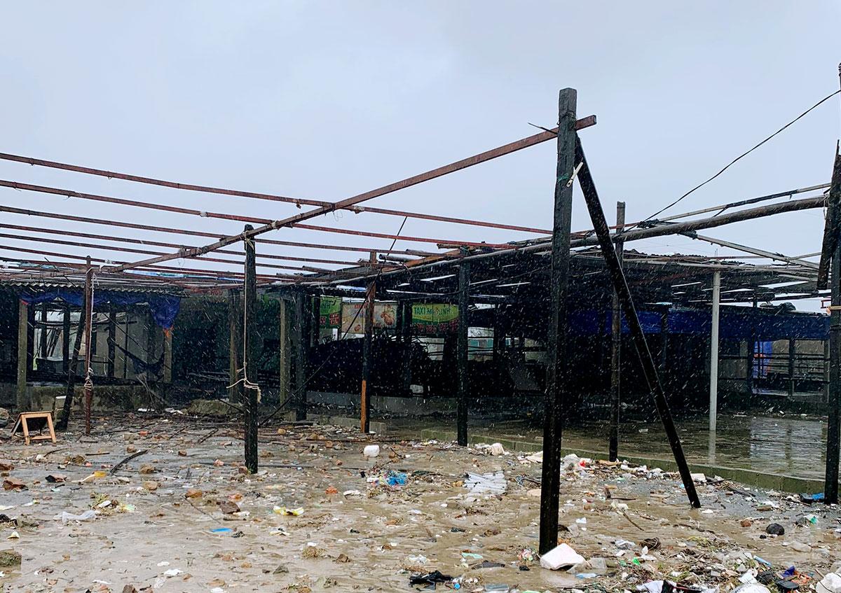 Nhiều quầy hàng bán hải sản tại xã Kỳ Ninh, thị xã Kỳ Anh chủ động tháo mái che để tránh thiệt hại. Ảnh: Đức Hùng