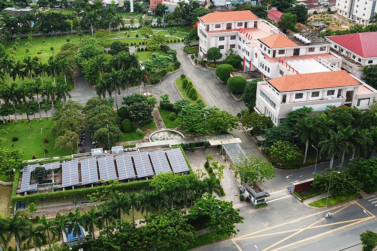 Các tấm pin năng lượng mặt trời lắp trong khuôn viên UBND quận 12. Ảnh: Quỳnh Trần.