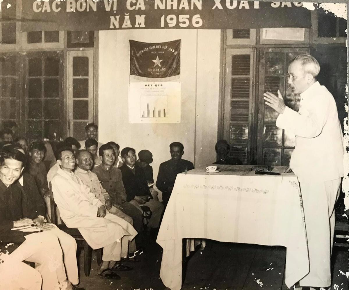 Ông Toàn (hàng đầu tiên, thứ hai từ trái sang) nghe Bác Hồ phát biểu trong hội nghị tổng kết Bình dân học vụ năm 1956. Ảnh: Gia đình cung cấp
