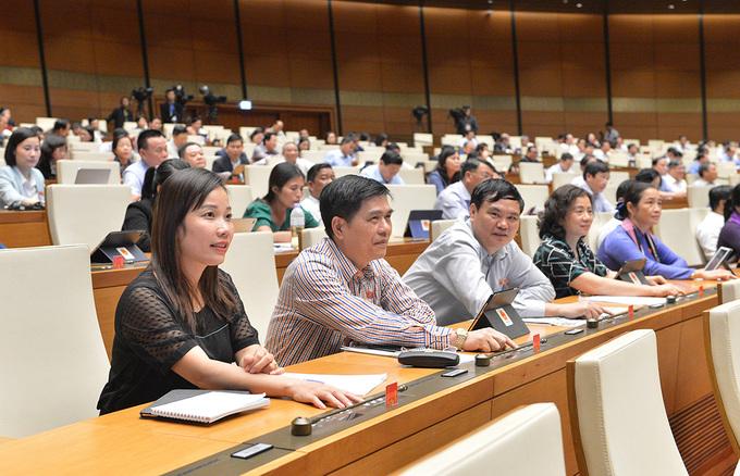 Đại biểu bấm nút thông qua dự án luật, nghị quyết tại kỳ họp thứ 10, Quốc hội khóa 14, ngày 16/11. Ảnh:Trung tâm báo chí Quốc hội